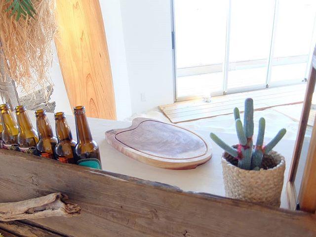 徳島・木頭杉のカッティングボードリゾートな空間にサーフテイストのボードがとけ込みました!杉のタンコロ(根元)のを使用しており木目や赤身(心材)・白太(辺材)のコントラストも面白いです!#星野リゾートリゾナーレ熱海 #cafe #カフェ#カッティングボード #cuttingboard #木頭杉 #surf #surfstyle #japan #tokushima #naka #nakawood #WoodBoard #kuku