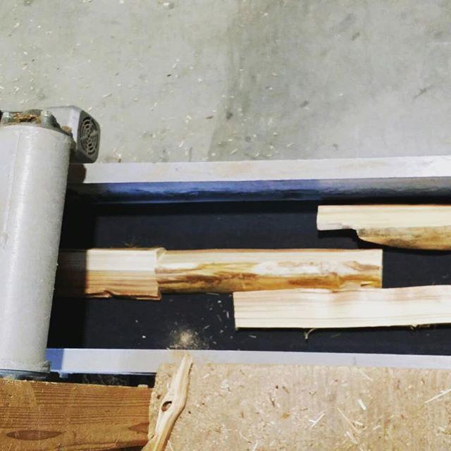 認証木粉ができるまで④乾燥が進んだ薪状の木材を一つ一つコンベアにのせ、粉砕ラインに投入します。原材料の状態により、機械の微調整を行うことにより、用途に合わせたさまざまな規格の木粉を製造します。皆さまの近くにも、いろいろなところで木粉として形を変え、そしてさまざまな製品の素材として木が使われているかもしれません😯是非探してみてくださいね!#木粉 #woodpowder #杉 #国産 #地域材 #tokushima #nakawood