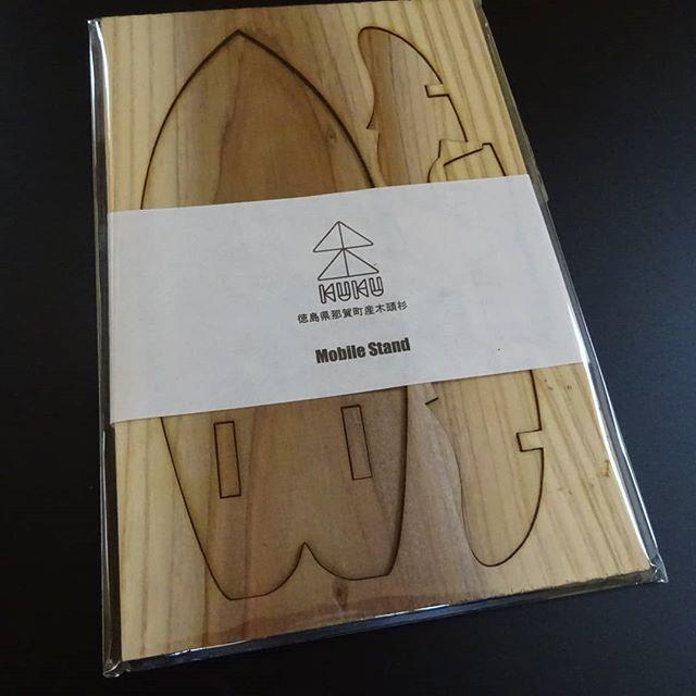 山と川と海をつなぐKUKUスマホスタンド一枚の板からパーツを切り抜いて組立てます。色や木目が違い、選ぶのも楽しいです️ 杉のカッコいいモノづくりを目指して那賀高校森林クリエイト科との共同製作#Smartphone #stand #スマホスタンド #スマホ #モバイルスタンド #surf #surfing #surfboard #木頭杉 #那賀高校 #woodboard #kuku @woodboardkuku