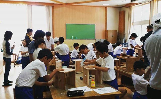 木育授業 in相生小学校 高学年編木頭杉の椅子づくり一枚の板からできた座板と足を組み、釘で固定して紙ヤスリでみがいて仕上げました。木目も揃えてきれいなイスが完成しました🌲こちらも相生の製材・木工・教育の加工チームで対応させていただきました️大人たちの連携も深まり、次のキット作成にむけてもプロジェクトスタートしております6年生は余裕をもって作っていました。次のもの作りにも是非チャレンジしようね!#木頭杉 #木育 #木工 #ランプシェード #相生 #椅子#杉 #相生#nakawood