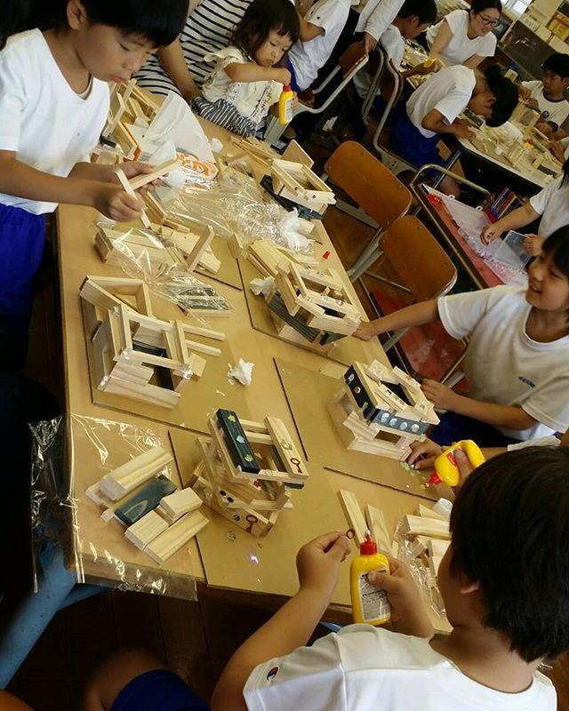 木育授業 in相生小学校 低学年編木頭杉のランプシェードづくり相生の木材加工チームで対応させていただきました️子供たちのさまざまなアイデア溢れる作品に触れ、こちらも勉強になりますまずは木に触れるところから高学年編に続く#木頭杉 #木育 #木工 #ランプシェード #相生#杉#nakawood