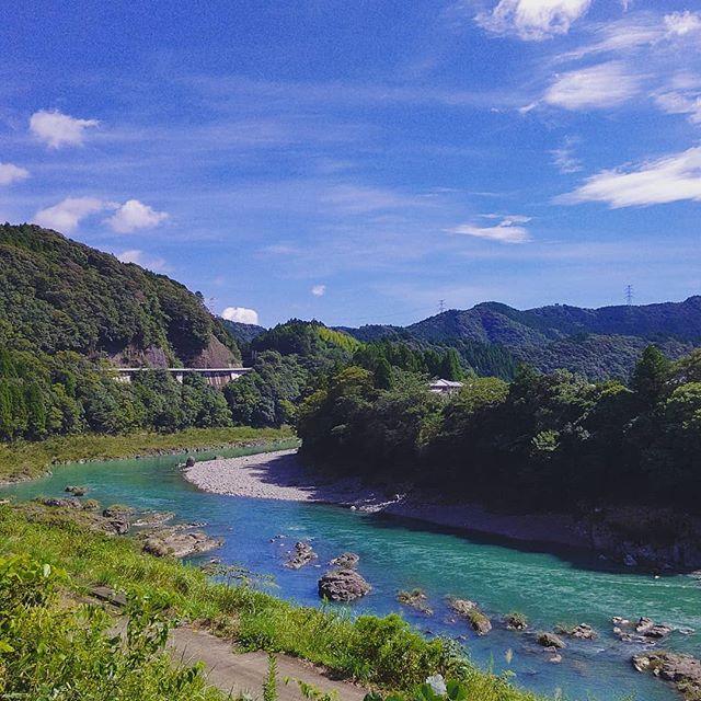 今日の風景工場前のいつもの景色ですが、大阪から出張でお越しいただいていたお世話になっているパートナー企業さんから川の色がいい!と気に入って頂けましたプライベートでのご来訪もお待ちしてます🌲#徳島 #那賀町 #那賀川 #river #blue #nakawood まだまだ #キャンプ もいけますよ~