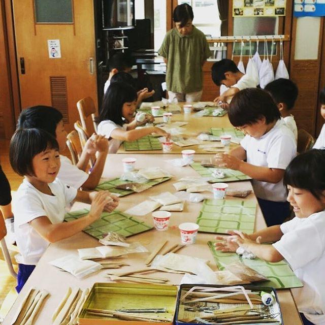 10月は木づかい推進月間!今日は相生小学校の1年生・3年生向けの木育授業を行いました。杉・桧・竹・バークの4種類の木粉をつかったねんどでのものづくりを通して、手ざわり、色、においなど樹種の特性の違いや木の活用・可能性を学ぶプログラム。丸太輪切りやチップや枝、ドングリなどでデコレーションを行うなどそれぞれの工夫もみられました。樹種が分かるようになったり、生活の中の「木」をたくさん考えたり、楽しみながら学んでもらえたようで良かったです️ 今後、作品は相生森林美術館でも展示されるそうです10月は木づかい推進月間!(2回目)明日は4・5年生向けの工場見学どんどん木づかい推進します。ご相談お待ちしてます🌲#木づかい #木づかい推進月間#木育 #授業 #木頭杉 #桧 #竹 #木粉 #ねんど #木粉ねんど #nakawood